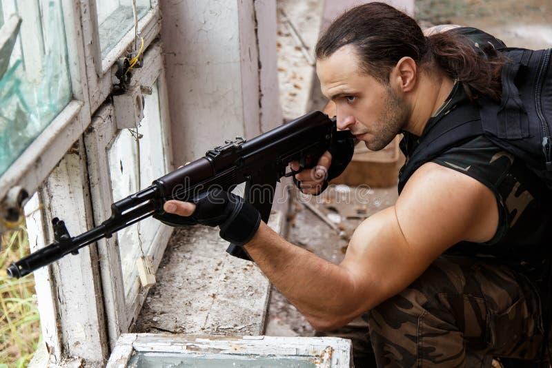 Uomo con una pistola fotografia stock
