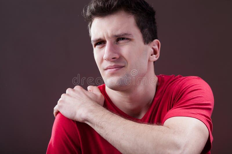 Uomo con una spalla dolorosa fotografia stock libera da diritti