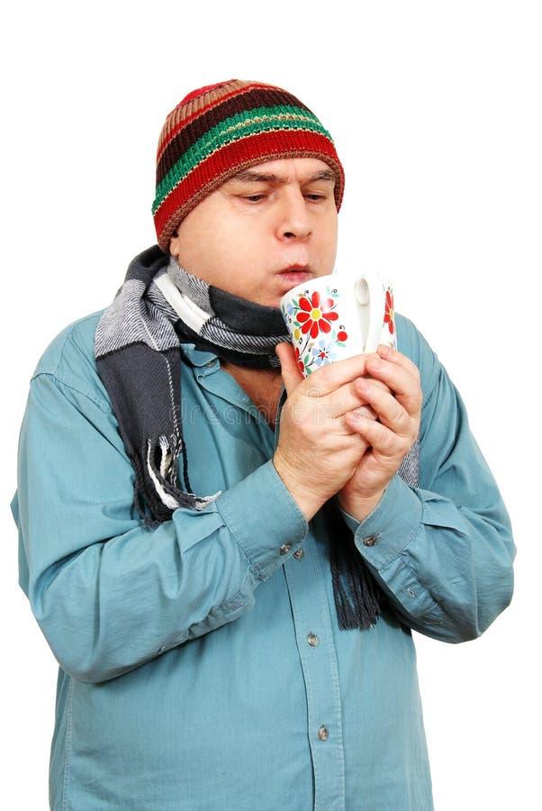 Uomo con una tazza di tè. immagine stock libera da diritti