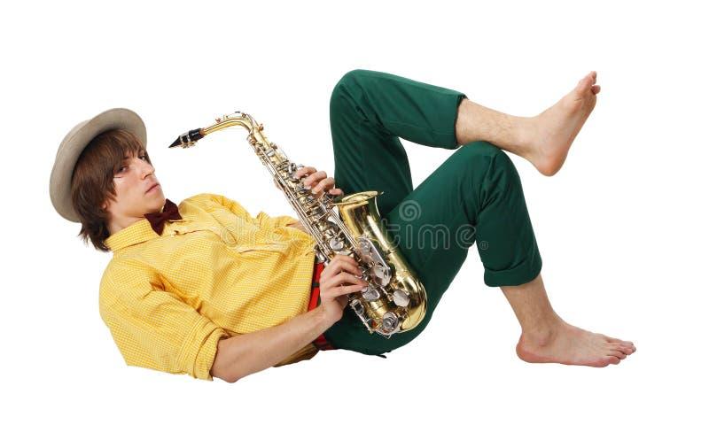 Uomo con uno strumento musicale del sax fotografia stock