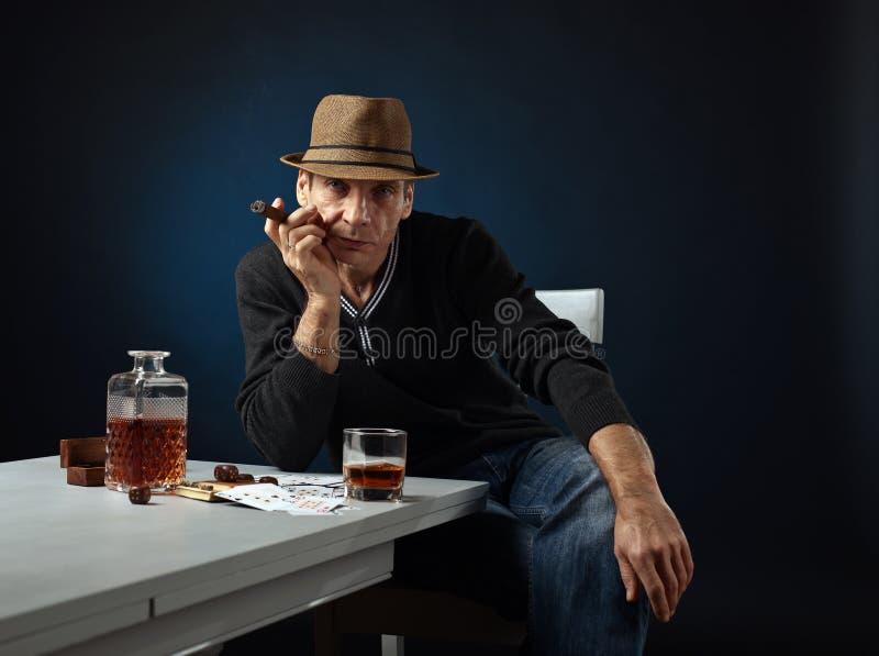 Uomo con whiskey ed il sigaro fotografia stock