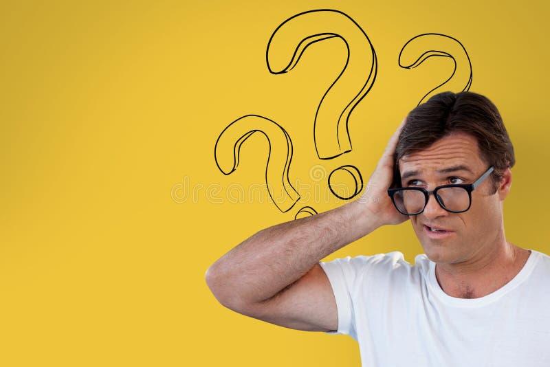 Uomo confuso con i vetri che giudicano il suo capo su fondo giallo con i punti interrogativi royalty illustrazione gratis