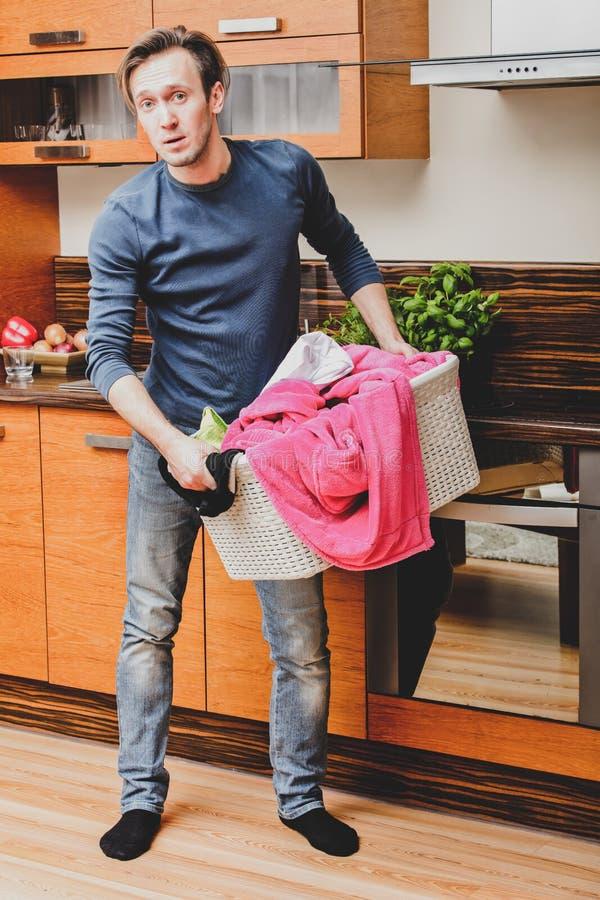 Uomo confuso con la lavanderia immagini stock libere da diritti