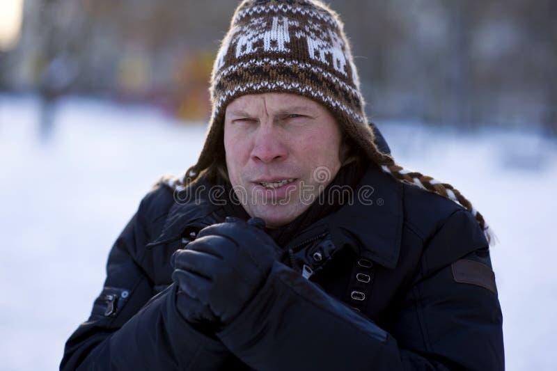 Uomo congelato in inverno fotografie stock