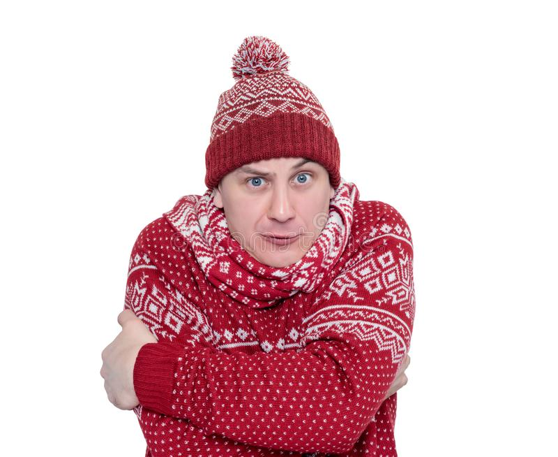 Uomo congelato in mani di riscaldamento rosse del maglione, della sciarpa e del cappello, isolate su fondo bianco L'archivio cont fotografia stock libera da diritti