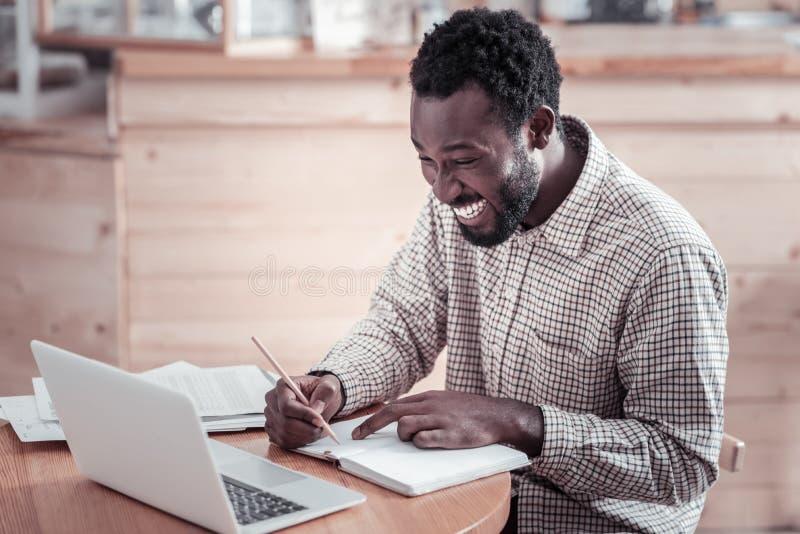 Uomo contentissimo allegro che prende le note immagini stock libere da diritti