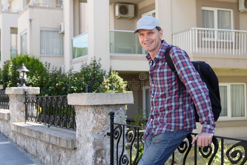 Uomo contro la palazzina di appartamenti fotografia stock