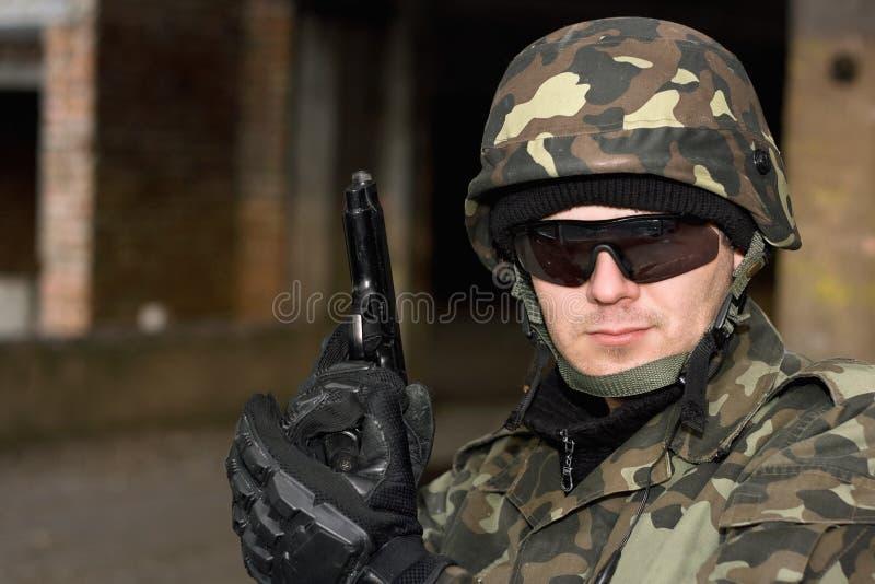 Uomo coraggioso con una pistola fotografia stock