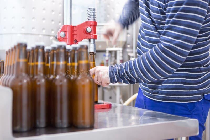 Uomo in corso del fare della birra fotografia stock