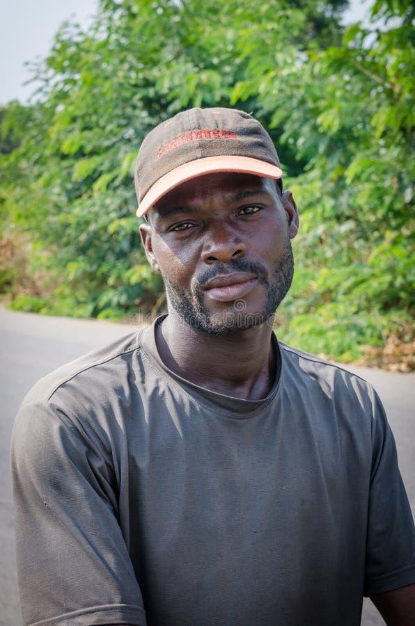 Uomo, Costa d'Avorio - gennaio 31,2014: Ritratto dell'uomo africano non identificato con il cappuccio che esamina macchina fotogr fotografia stock