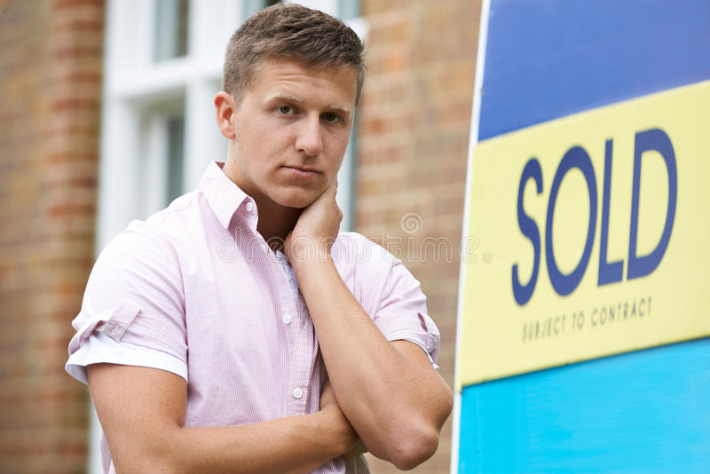 Uomo costretto a vendere a casa con i problemi finanziari fotografie stock libere da diritti