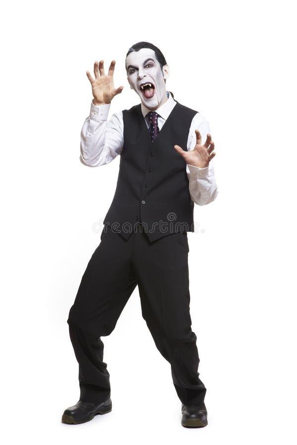Uomo in costume del vestito operato da Dracula fotografia stock