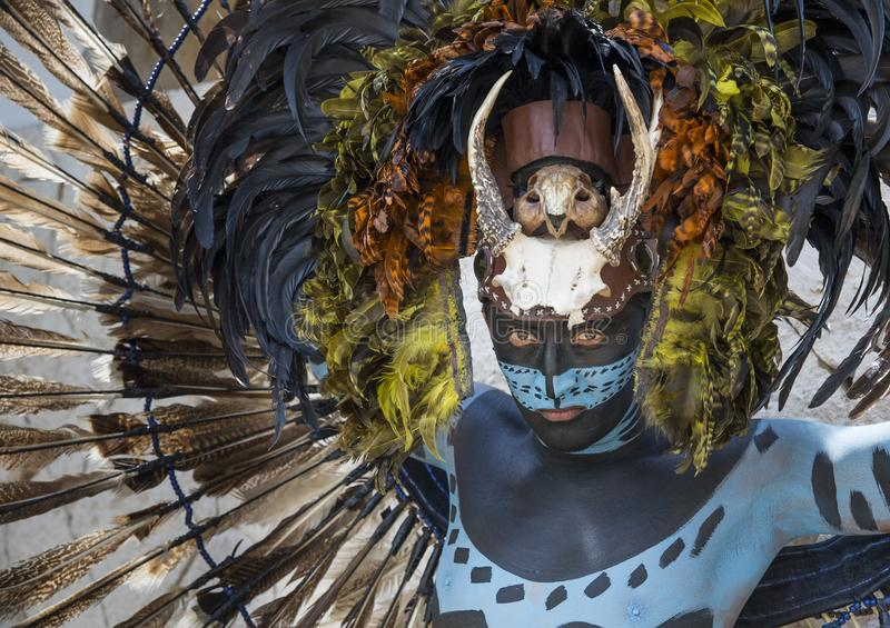 Uomo in costume indiano di maya in Tulum, Messico fotografie stock libere da diritti