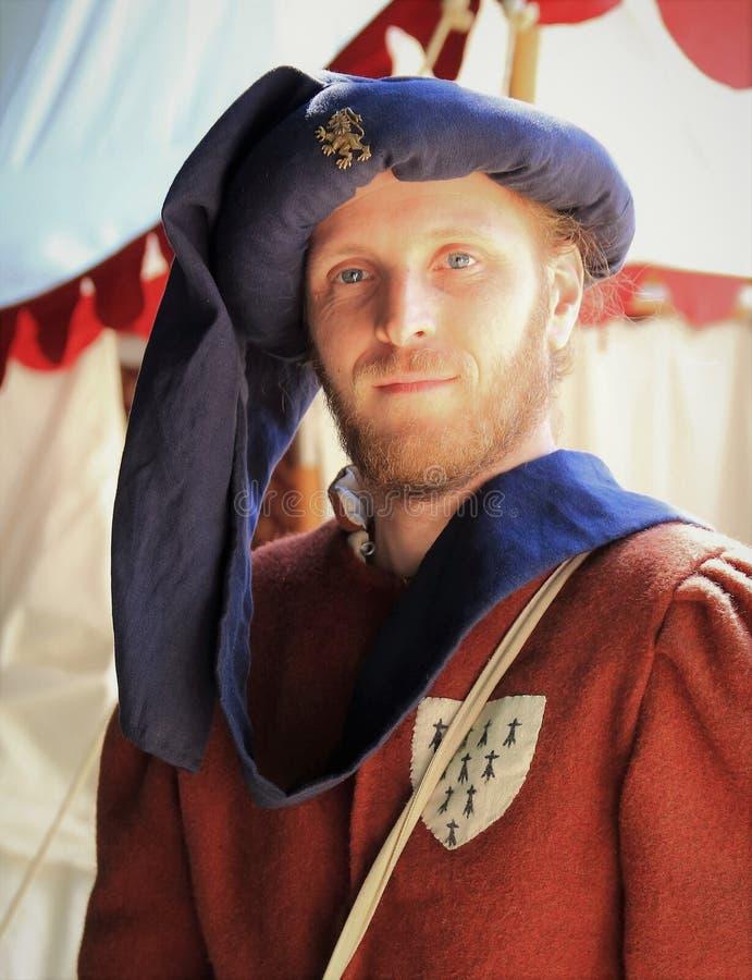 Uomo in costume medioevale fotografie stock libere da diritti
