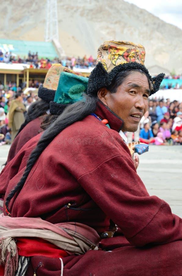 Uomo in costumi tibetani tradizionali. fotografia stock