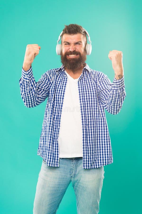 Uomo in cuffie Scorrendo i siti di musica più hippest e più caldi intorno Tecnologia wireless Interfaccia facile da usare e fotografie stock libere da diritti