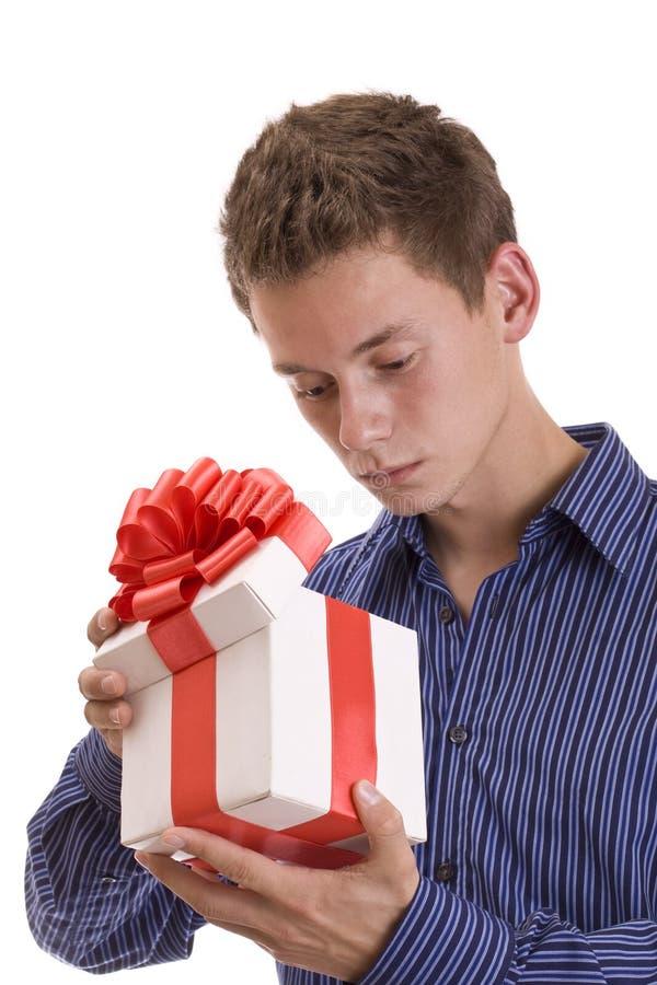 Uomo curioso con il regalo immagine stock