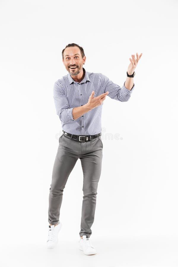 Uomo d'affari adulto bello emozionante che mostra copyspace fotografia stock