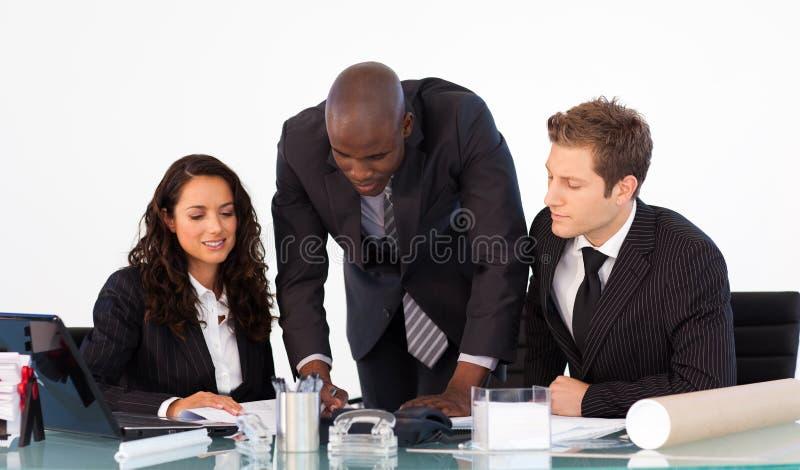 Uomo d'affari africano che comunica con sua squadra fotografia stock