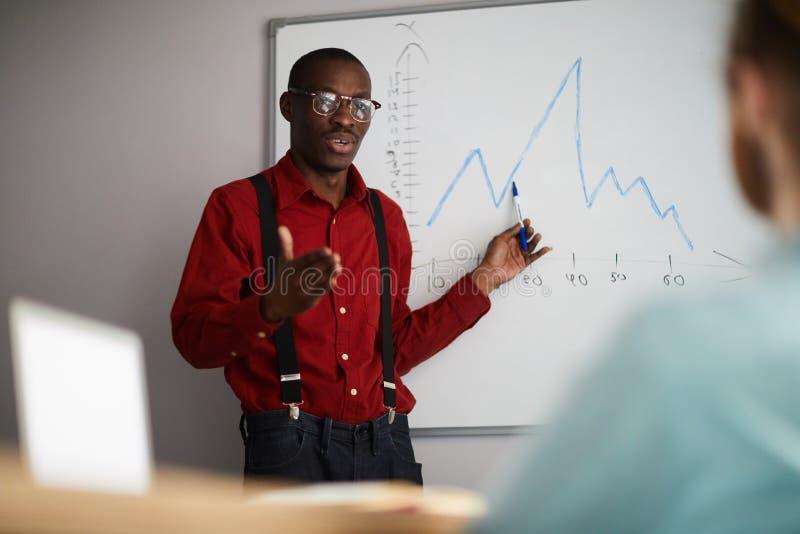 Uomo d'affari africano Giving Presentation fotografia stock