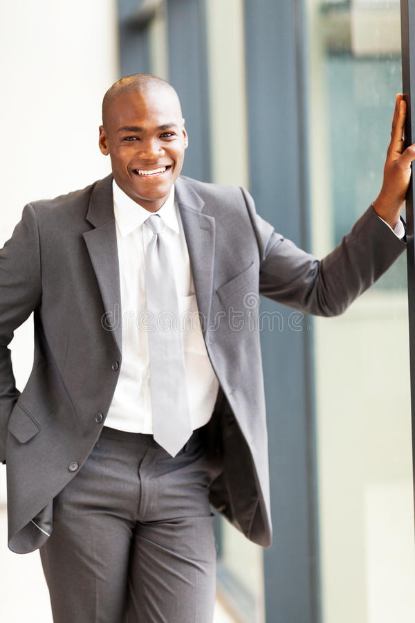 Uomo d'affari africano in ufficio immagine stock libera da diritti