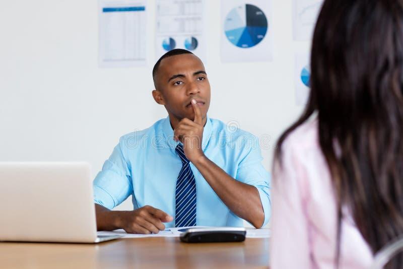 Uomo d'affari afroamericano che ascolta l'impiegato immagini stock libere da diritti