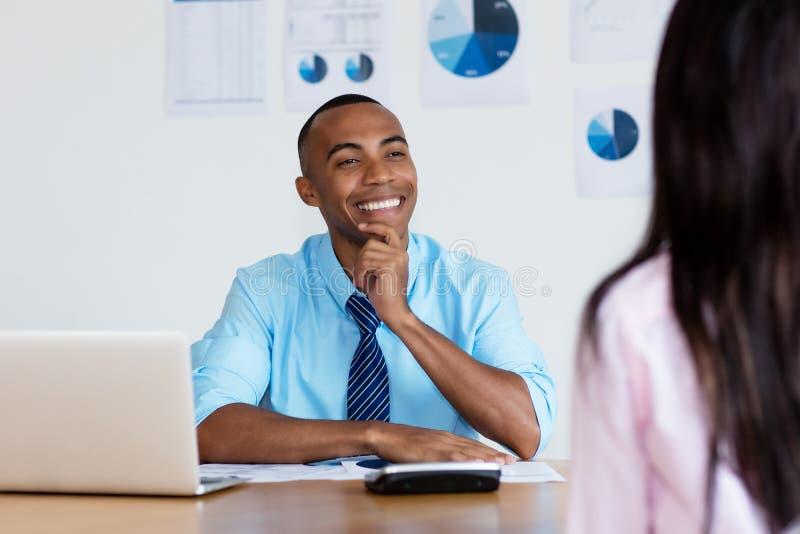 Uomo d'affari afroamericano che parla con il cliente immagine stock libera da diritti