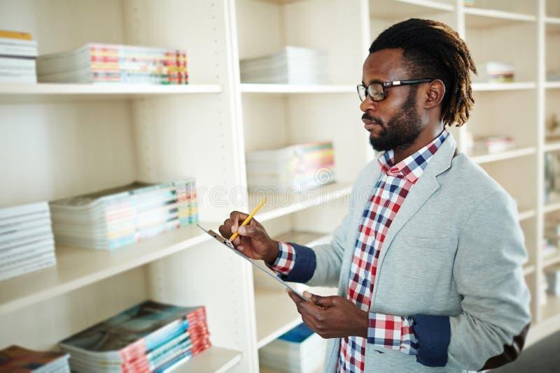 Uomo d'affari afroamericano che prende le note immagine stock