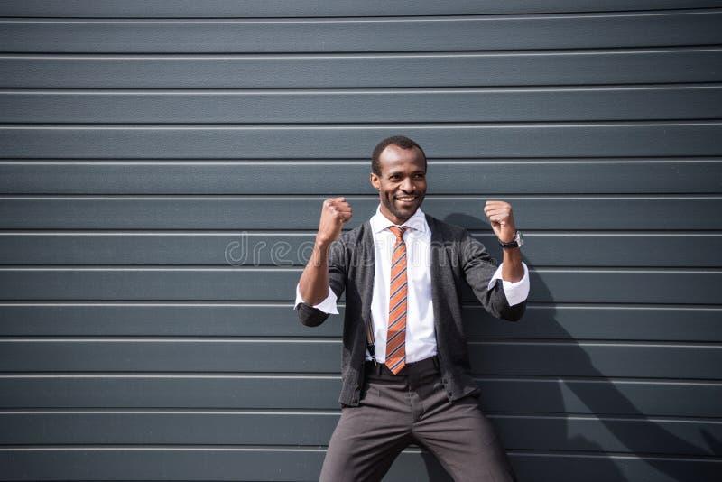Uomo d'affari afroamericano felice che sta all'aperto fotografie stock libere da diritti