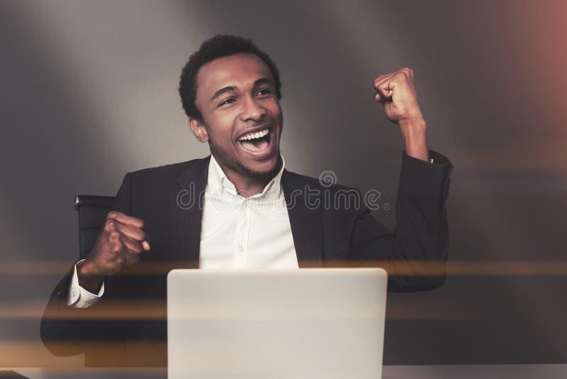 Uomo d'affari afroamericano felice in ufficio immagini stock