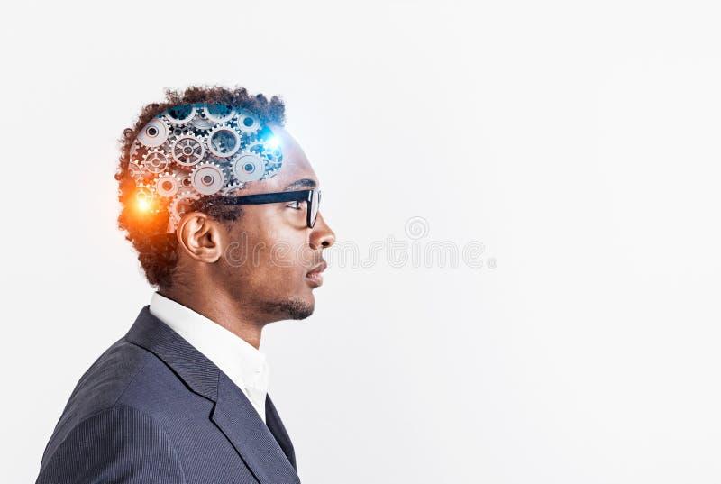 Uomo d'affari afroamericano in vetri, cervello del dente fotografia stock libera da diritti
