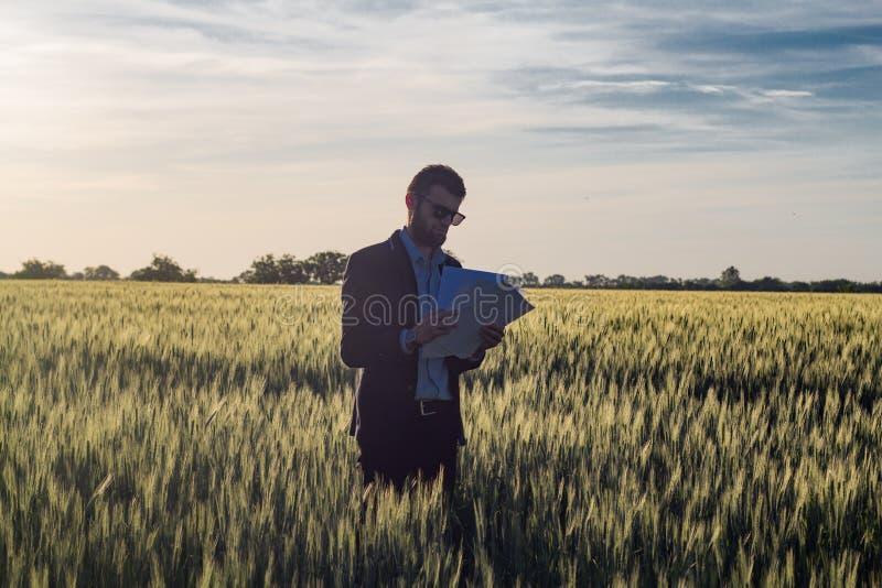 Uomo d'affari all'aperto fotografia stock