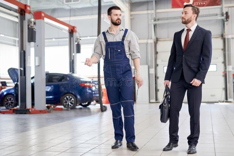 Uomo d'affari alla fabbrica dell'automobile fotografia stock