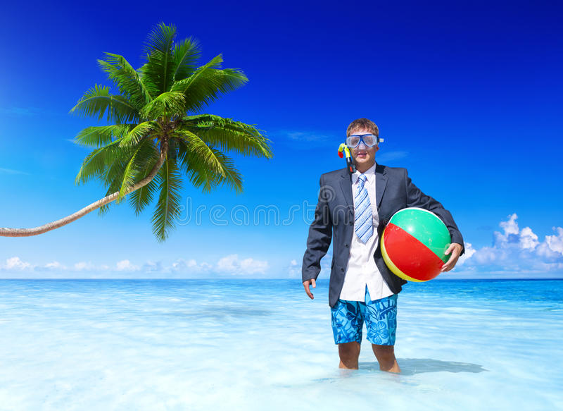 Uomo d'affari allegro che si rilassa sulla vacanza fotografia stock