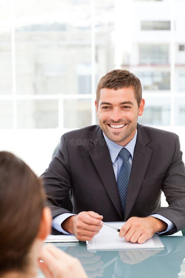 Uomo d'affari allegro nel corso di una riunione immagini stock libere da diritti