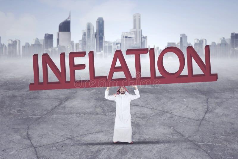 Uomo d'affari arabo con la parola di inflazione fotografia stock