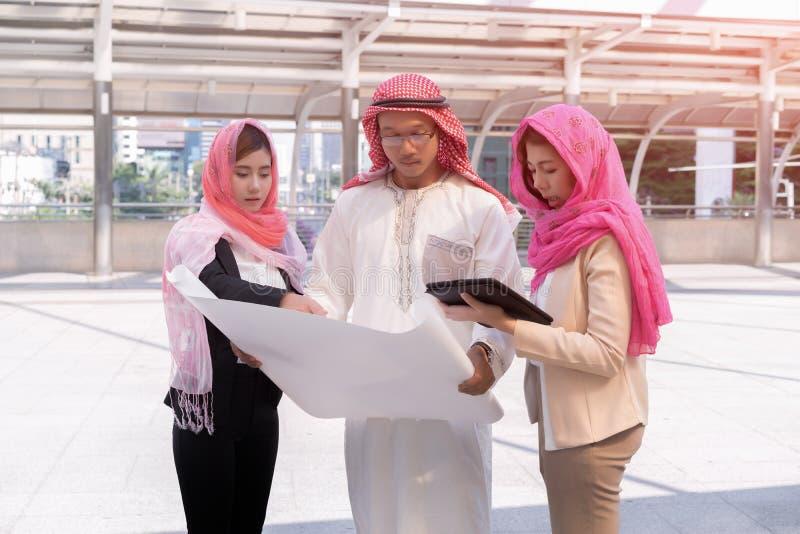 Uomo d'affari arabo ed esame della donna di affari dell'arabo architettonico fotografie stock