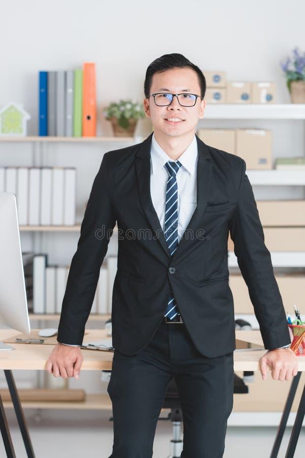 Uomo d'affari asiatico all'ufficio fotografia stock libera da diritti