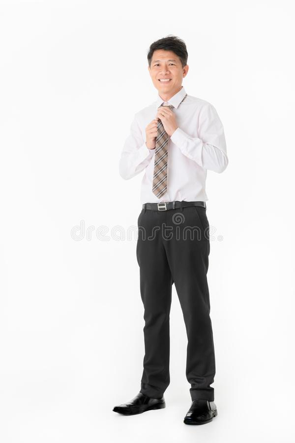 Uomo d'affari asiatico del ritratto che stordisce e che sorride in camicia, lookin immagini stock libere da diritti