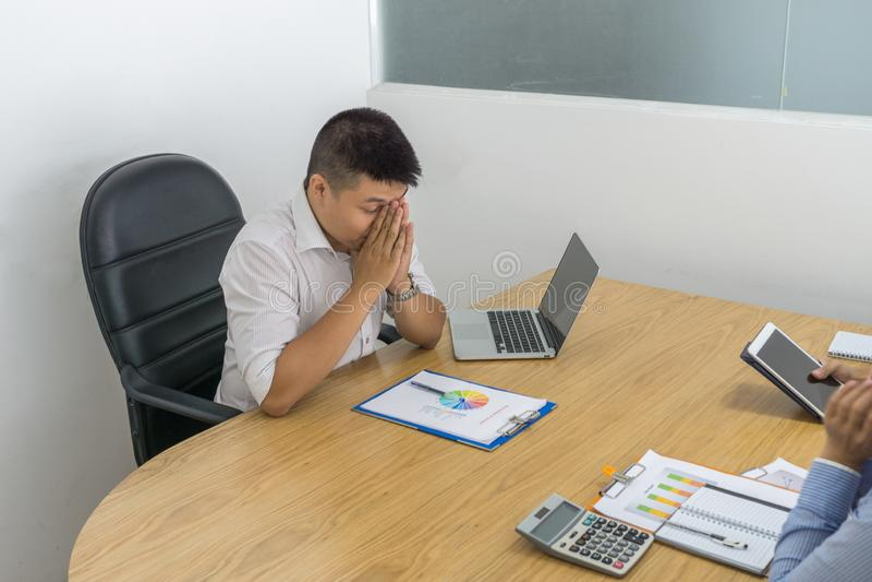 Uomo d'affari asiatico depresso con la cattiva situazione finanziaria della società fotografie stock