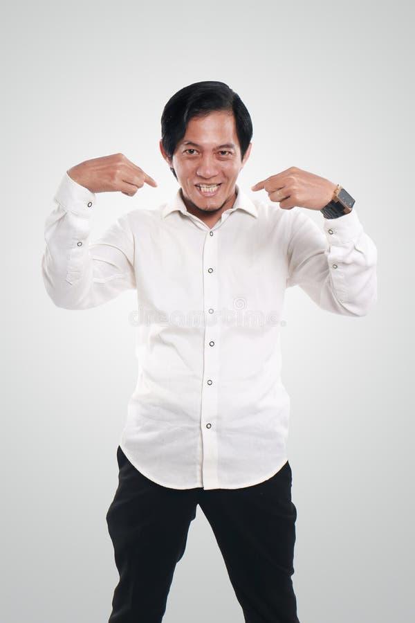 Uomo d'affari asiatico divertente Pointing Himself immagini stock libere da diritti