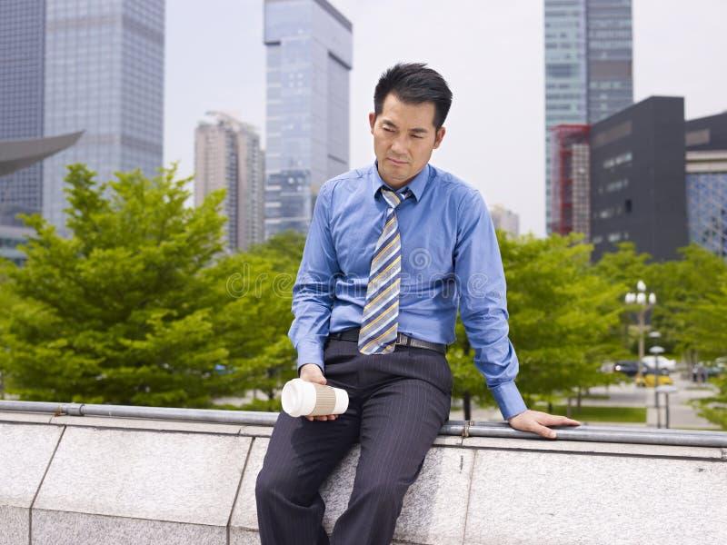 Uomo d'affari asiatico frustrato immagine stock
