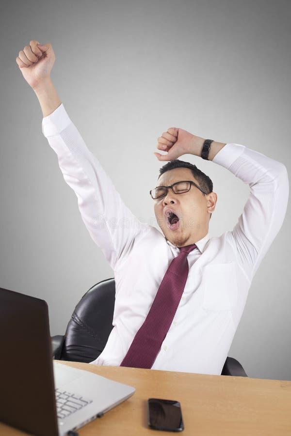 Uomo d'affari asiatico sonnolento stanco Having Overworked immagini stock libere da diritti