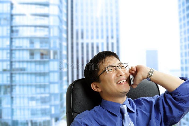 Uomo d'affari asiatico sul telefono fotografie stock