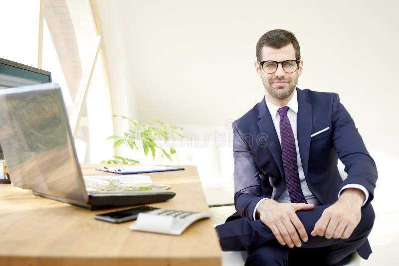 Uomo d'affari asisstant finanziario immagini stock libere da diritti