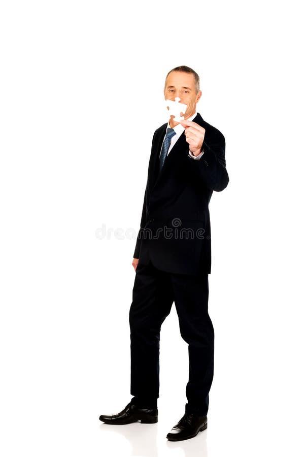 Uomo d'affari astuto che tiene un puzzle fotografie stock