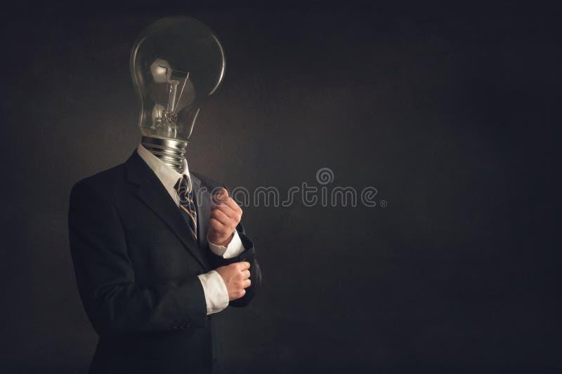 Uomo d'affari astuto con una lampadina come testa immagini stock libere da diritti