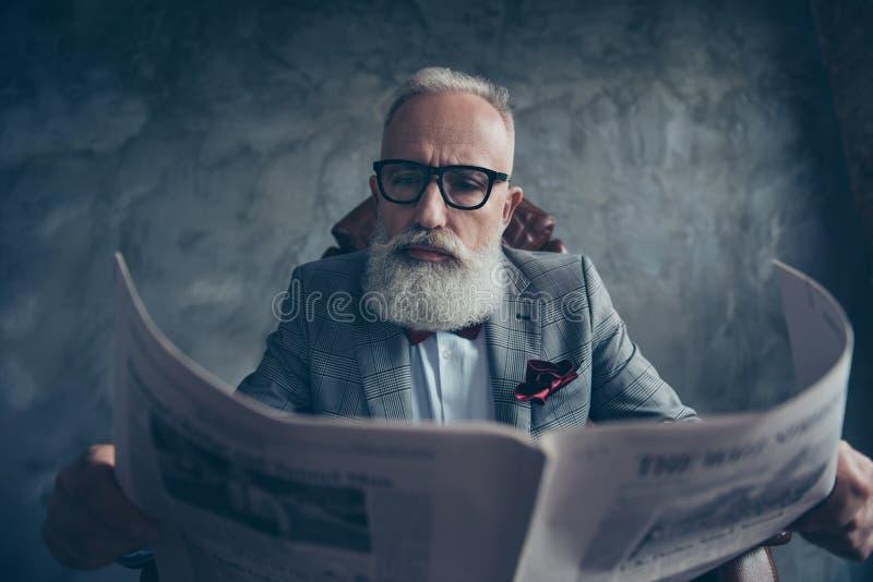 Uomo d'affari attraente, astuto, fresco, anziano in vetri e rivestimento r fotografia stock