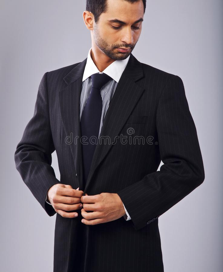 Uomo d'affari attraente Buttoning His Coat fotografie stock libere da diritti