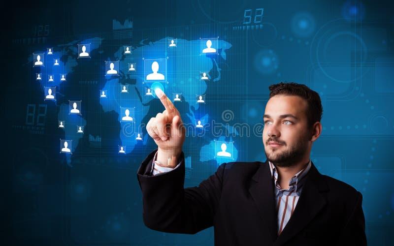 Uomo d'affari attraente che sceglie dalla mappa di rete sociale fotografie stock